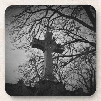 Dessous-de-verre Croix grave de cimetière abritée par des branches
