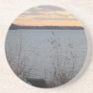 Dessous De Verre En Grès Caboteur de coucher du soleil de rivage de lac