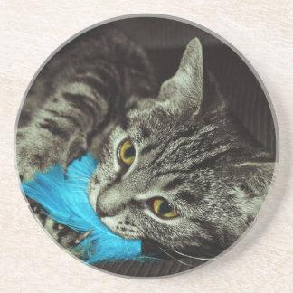 Dessous De Verre En Grès Chat tigré avec la plume par Shirley Taylor
