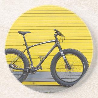 Dessous De Verre En Grès Gros vélo sur le mur jaune