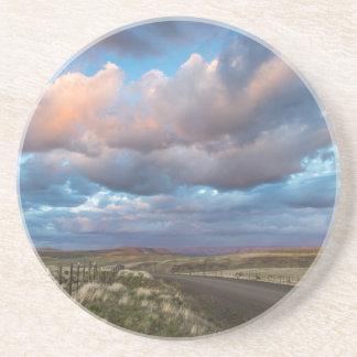 Dessous De Verre En Grès Nuages de coucher du soleil au-dessus de route de