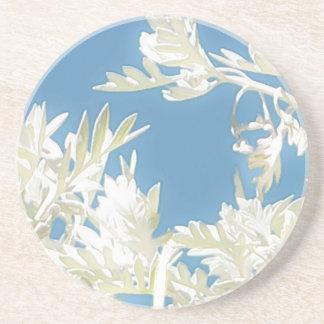 Dessous De Verre En Grès Plantes blancs au-dessus de ciel bleu