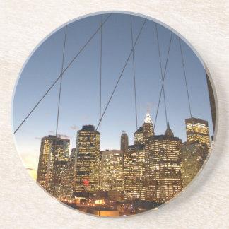 Dessous De Verre En Grès Pont de Brooklyn au crépuscule avec l'horizon de