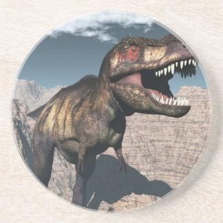 Dessous De Verre En Grès Rex de Tyrannosaurus hurlant dans un canyon