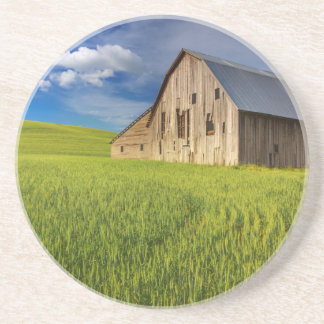 Dessous De Verre En Grès Vieille grange dans le domaine du blé de mars