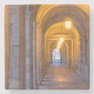 Dessous-de-verre En Pierre Couloir en pierre allumé par lampe, Espagne