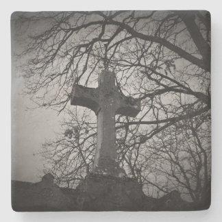 Dessous-de-verre En Pierre Croix grave de cimetière abritée par des branches
