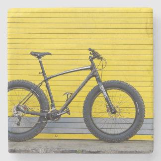Dessous-de-verre En Pierre Gros vélo sur le mur jaune