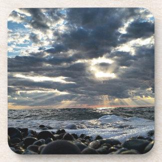Dessous-de-verre Rayons de soleil sur un rivage rocheux