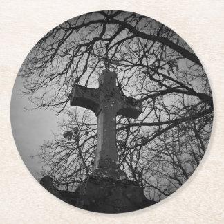 Dessous-de-verre Rond En Papier Croix grave de cimetière abritée par des branches