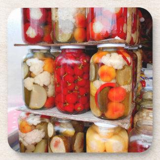 Dessous-de-verre Un bon nombre de conserves au vinaigre au marché
