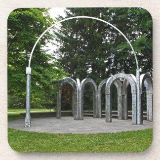 Dessous-de-verre Une voûte dans le jardin