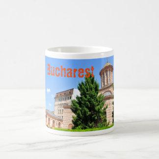 Détail architectural de vieille église roumaine mug