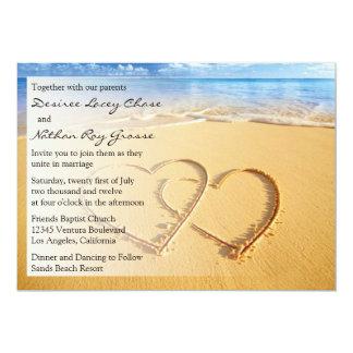 Deux coeurs dans le faire-part de mariage de sable