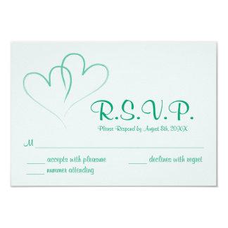Deux coeurs entrelacés épousant la carte de RSVP