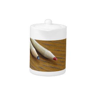 Deux crayons colorés utilisés sur la table en bois