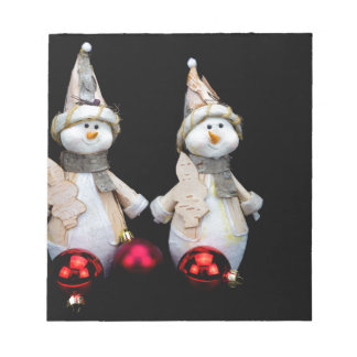 Deux figurines de bonhommes de neige avec les bloc-note