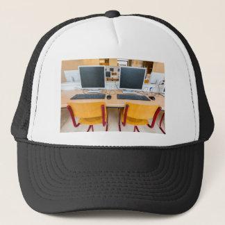 Deux ordinateurs dans la salle de classe sur le casquette