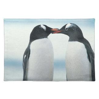 Deux pingouins touchant des becs set de table