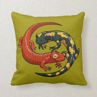 Deux salamandres de sourire colorées ont enlacé la coussin
