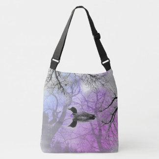 Dingue noir et blanc sur un pourpre de sac de
