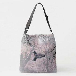 Dingue noir et blanc sur un sac de croix de lac