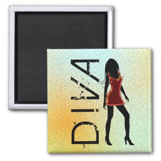 Diva de mode dans le magnet rouge de carré de