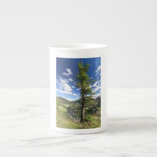 Dolomites - arbre au-dessus de la vallée mug