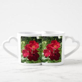 Double tasse simple de roses rouges