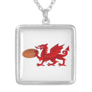 Dragon de Gallois avec un collier de pendentif de