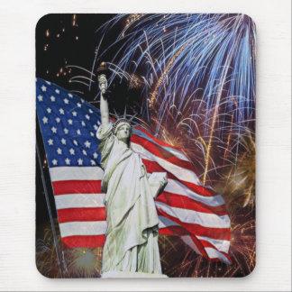 Drapeau américain, feux d'artifice et statue de la tapis de souris