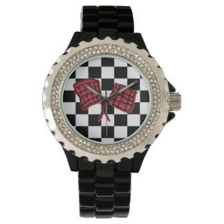 Drapeau de course rouge et noire sur un noir montre