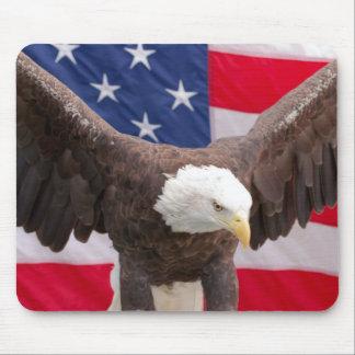 Eagle chauve avec le tapis de souris de drapeau