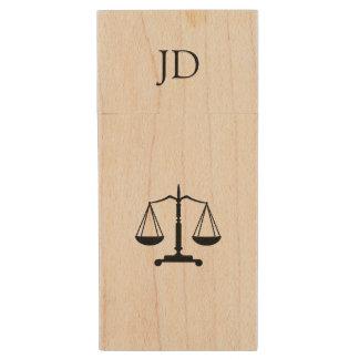 Échelles de justice avec l'initiale clé USB 2.0 en bois