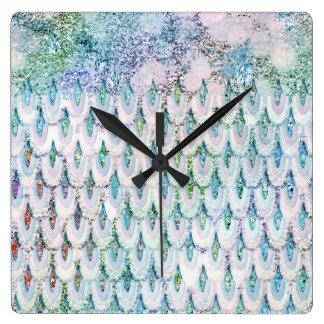 Échelles de poissons turquoises iridescentes de horloge carrée