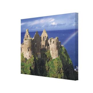 Een regenboog slaat middeleeuws Kasteel Dunluce Canvas Afdruk