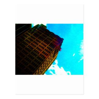 Een trillend en lang gebouw tegen de blauwe hemel wens kaart