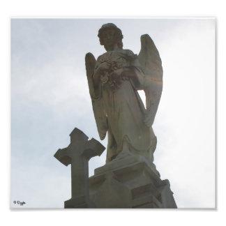 Élargissement de photo - ange et croix en pierre