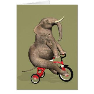 Éléphant drôle montant un tricycle carte