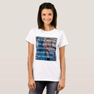 Elizabeth W néanmoins elle a persisté T-shirt
