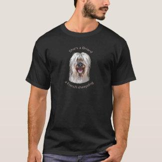 Elle est un Briard, un chien de berger français T-shirt