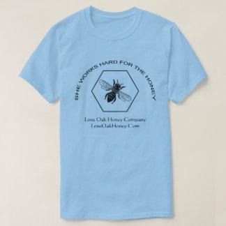 Elle travaille dur pour le T-shirt de miel