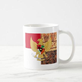 Emblème de l'Indonésie - le drapeau de batik de Mug
