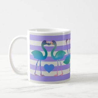 Embrassant la rétro tasse de café de flamants