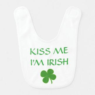 Embrassez le bavoir irlandais de bébé