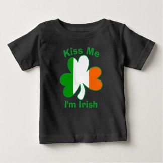 Embrassez-moi que je suis chemise irlandaise de t-shirt pour bébé