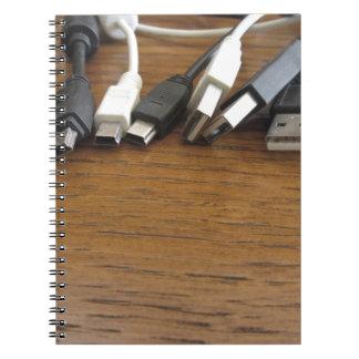 Embrouillement des câbles poussiéreux d'ordinateur carnet