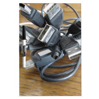 Embrouillement des câbles poussiéreux d'ordinateur tableau effaçable à sec