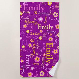 Emily fleurit la serviette de plage nommée