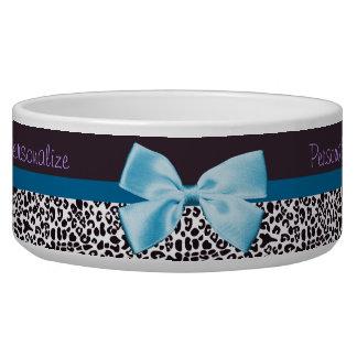 Empreinte de léopard à la mode et ruban bleu avec  bol pour chien